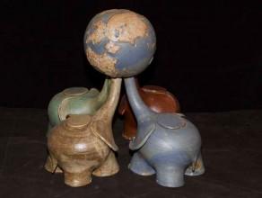 4E – 4 Eléphants portant le monde